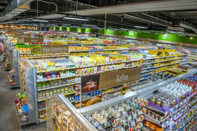 Komfortables Einkaufserlebnis mit einem breiten Sortiment an Eigenmarken sowie Produkten großer Hersteller und Markenartikel