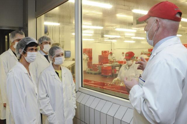 Seit 50 Jahren versorgt die konzerneigene Metzgerei die Märkte und Geschäfte mit Fleisch- und Wurstwaren