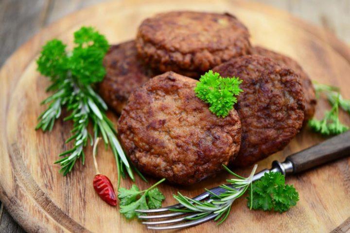 Frikadellen mit grünen Bohnen und Kartoffelpüree - Rezept Bild