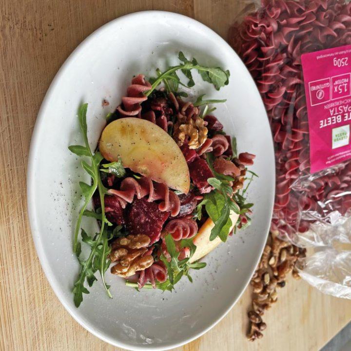 Frischer Nudelsalat mit Rote Beete, Rucola und Feta - Rezept Bild